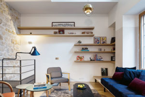Obývací pokoj má méně kusů nábytku