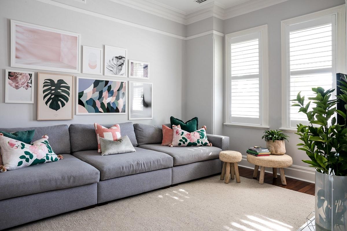 Obývacímu pokoji dominuje prostorná šedá pohovka