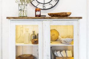 Masivní skříňka uvstupu do kuchyn