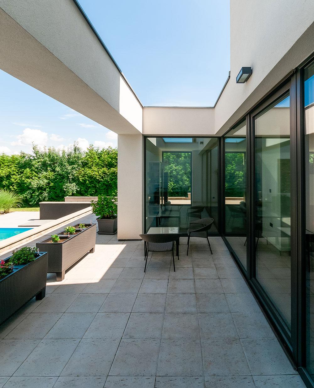 """""""Profily Eforte jsou pro nízkoenergetické apasivní stavby dobrou volbou, koeficient tepelné prostupnosti celým oknem se při použití trojskla pohybuje kolem Uw = 0,71–0,73 W/m2.K. Běžná cihlová zeď má přitom U= 0,25 W/m2.K. Ztoho vidíte, že tepelné ztráty takto kvalitních oken nejsou nijak dramatické,"""" uvádí Petr Sýs, technický aproduktový manažer společnosti Deceuninck. FOTO DECEUNICK"""