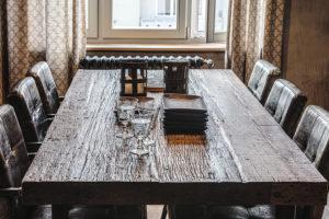 Krásný masivní stůl zhrubě opracovaného dřev