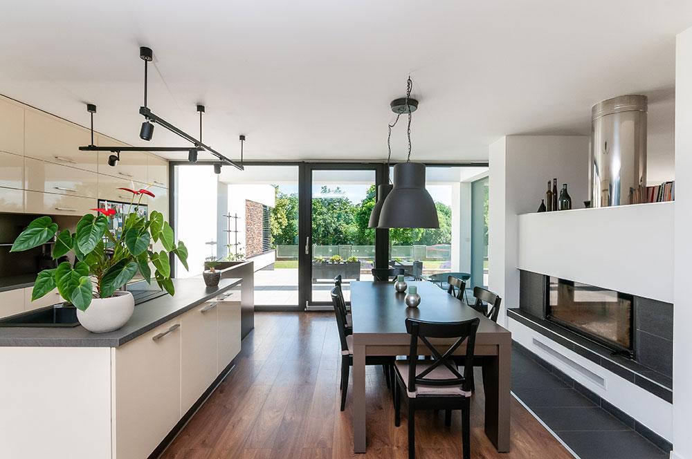 Kuchyňská linka na míru spracovním ostrůvkem poskytuje dostatek úložných prostorů. FOTO DECEUNICK