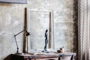 pracovní stůl umístěný vprostoru obývacího pokoje zapadá do konceptu bytu