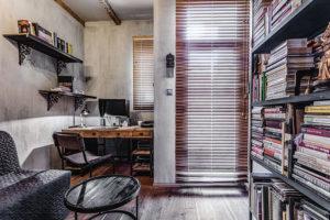 Vpracovně je místo na pracovní stůl asamozřejmě iknihovnu zaplněnou množstvím knih