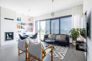 Srdce domu tvoří společný prostor obývacího pokoje, jídelny akuchyně, otevřený na terasu svýhledem na Bratislavu