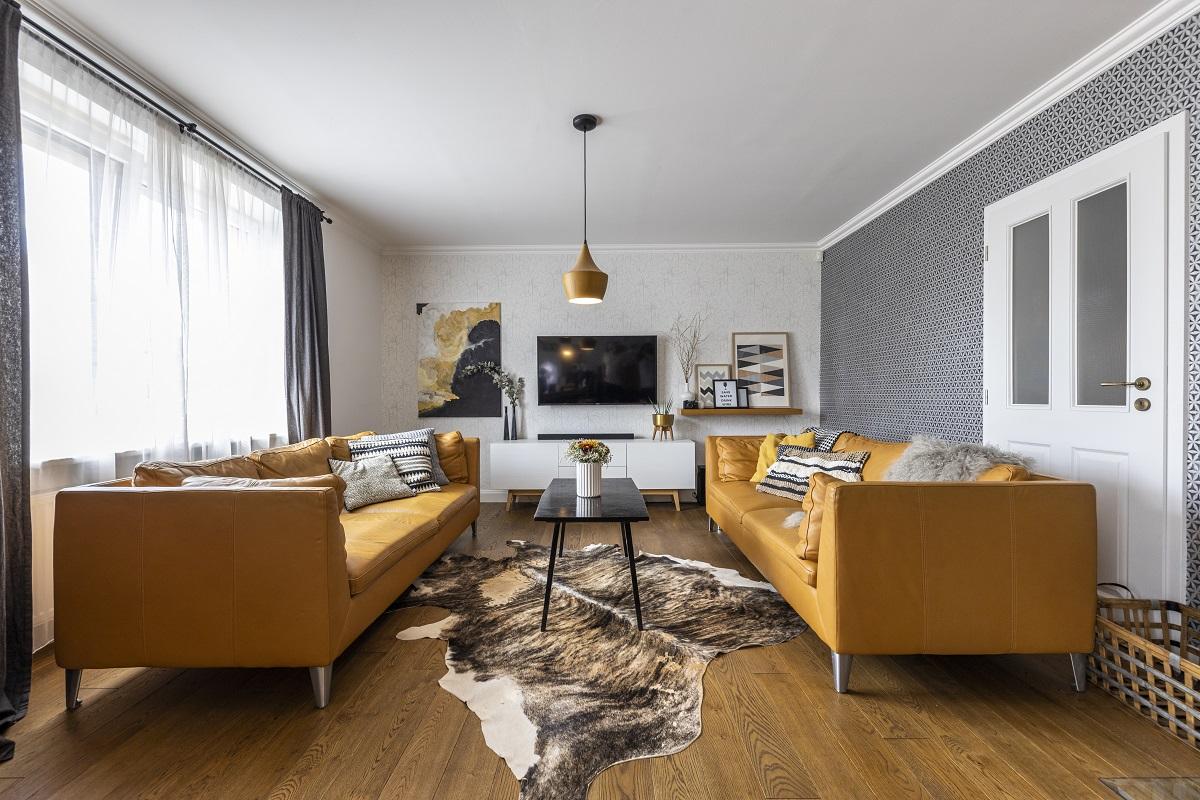 Obývací pokoj a dvě žluto-hnědé kožené pohovky