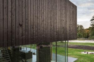 prosklená fasada domu