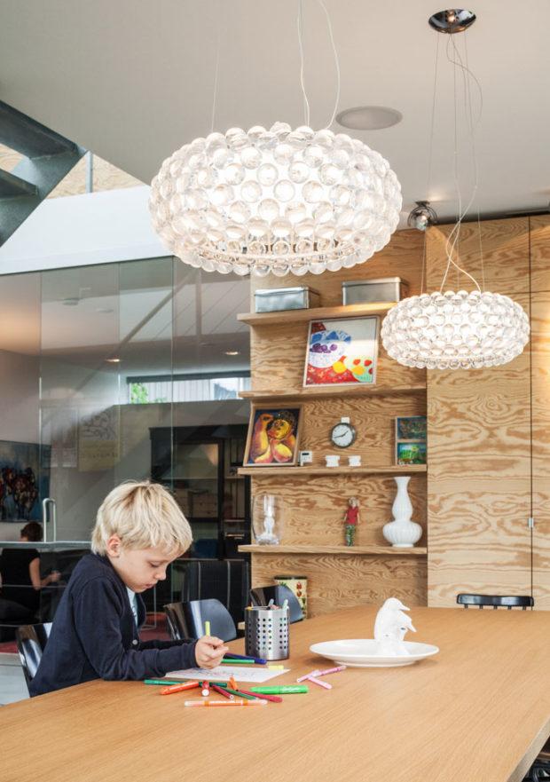 Všechny interiérové prvky, včetně stěn, skříněk v dětských pokojích a krbu, jsou vyrobeny z dýhované překližky