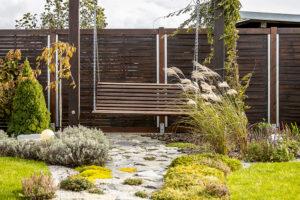 drevená houpačka v zahrade