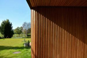 dřevěné obložení a zaoblený roh