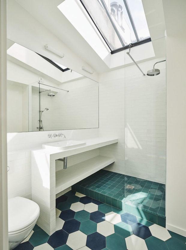 Koupelna zařízea vminimalistickém duchu.