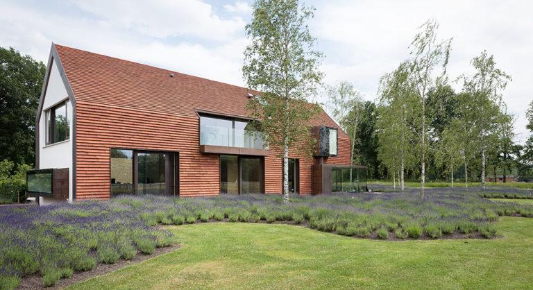 Nový dům u staré stodoly: Když jsou důležité hodnoty, a nikoli trendy