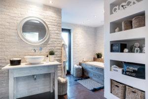 koupelna vs vanou a sprchovým koutem
