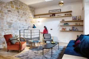 Vobývacím pokoji je to oranžové křeslo.