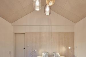 ložnice s vestavěným nábykem je ze světlé překližky