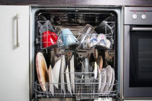 Víte, jak správně uložit nádobí do myčky? I vy opakujete tyto chyby?
