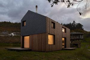 Fasáda domu Montaña je z velké části pokryta tenkými dřevěnými laťkami ve svislém směru.