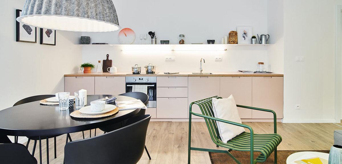 Dva moderní interiéry, ze kterých vyzařuje pohodlí