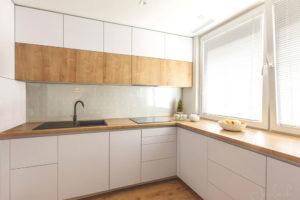 obývací pokoj s jídelním stolem navazuje na kuchyň