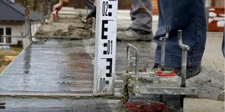 Video seriál Stavba domu: Vyrovnání zakládací malty (2. díl)
