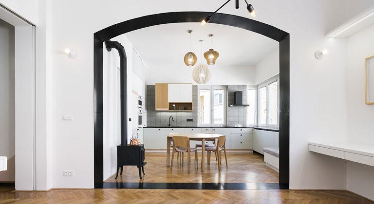 Úpravu třípokojového bytu charakterizuje unikátní černý portál