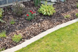 7 tipů na ohraničení záhonu nebo trávníku