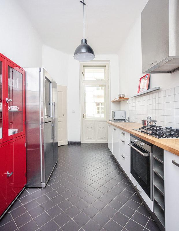 červený lakovaný příborník sprosklenými dveřmi adřevěná pracovní deska