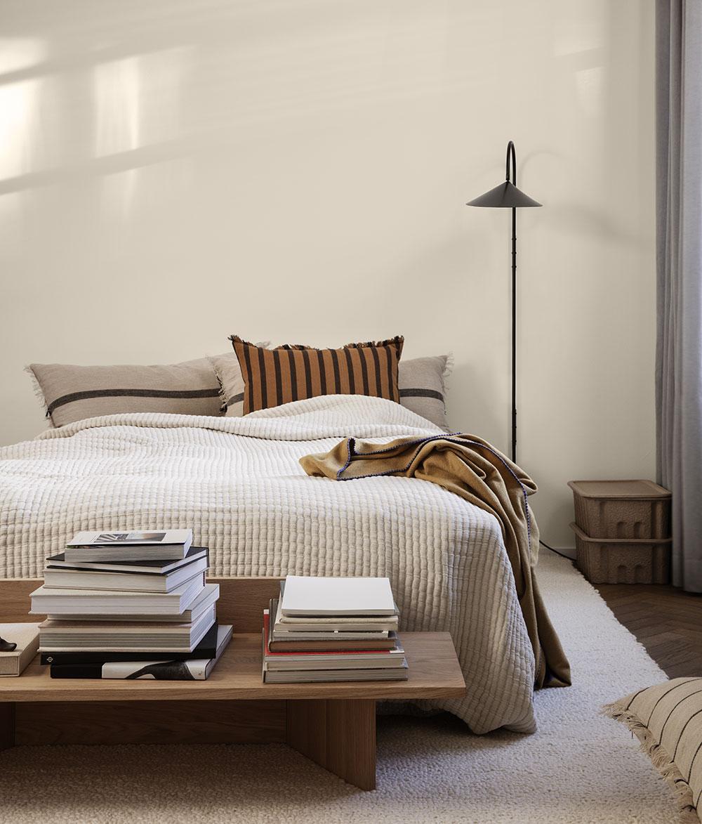 Stojací lampa Arum (Ferm Living), mramor apráškově lakovaná ocel, v. 136 cm, 19 000 Kč, www. designbuy.cz