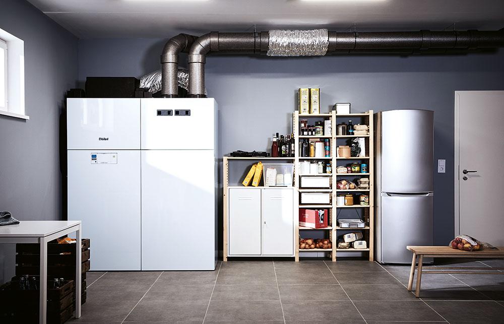 Vnitřní tepelné čerpadlo Vaillant recoCOMPACT exklusive Dokáže zajistit komfortní vytápění, vlétě chlazení apo celý rok přípravu teplé vody icentrálně řízené větrání srekuperací tepla. Je kombinací vnitřního tepelného čerpadla vzduch / voda, zásobníku teplé vody (225 l) acentrální větrací jednotky. Nízké provozní náklady zaručuje vysoká účinnost zařízení (A++/A+++, topný výkon 3,5 a7 kW). Instaluje se sprůduchy přes obvodovou stěnu rodinného domu. www.vaillant.cz