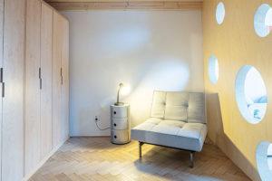 Včásti blíže ke dveřím je vdětském pokoji umístěný šatník