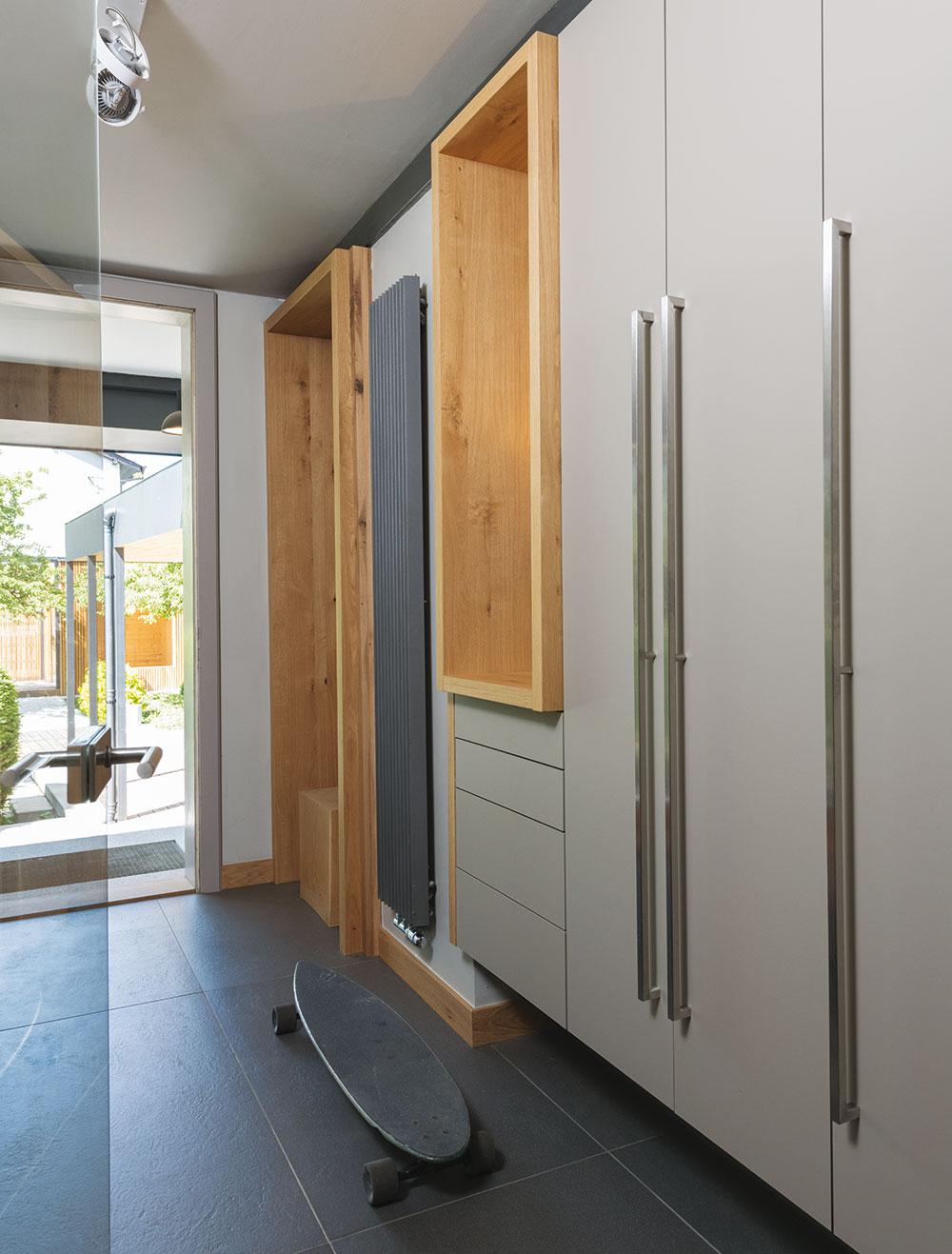 Větší plocha šedé barvy, jako vtomto případě na podlaze ašatní skříni, muže působit stroze achladně. Použití světlého dřeva dokonale vyváží tento dojem.FOTO IVETA KOPICOVÁ