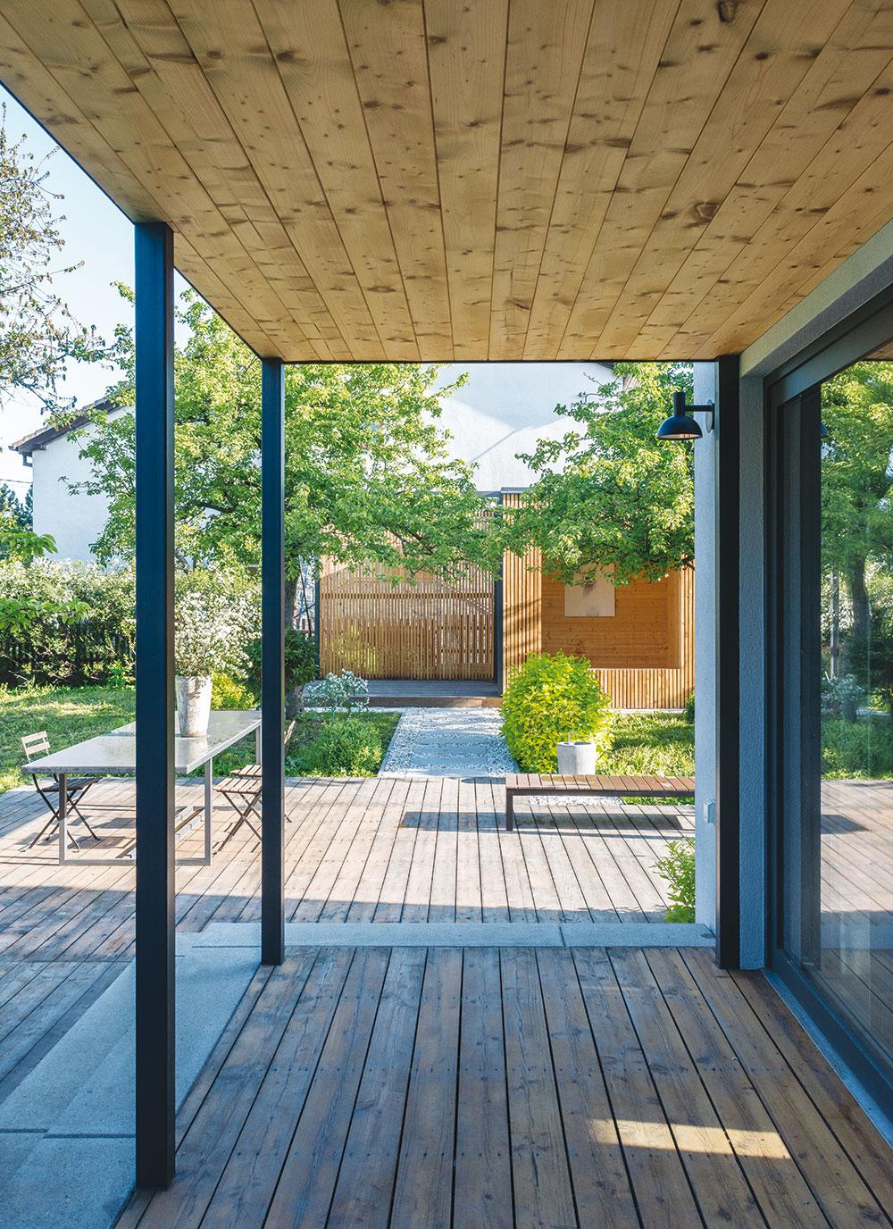 Využívání venkovních prostorů po většinu roku umožňuje krytá terasa. Vletních měsících zase poskytnou přirozenou ochranu před sluncem stromy.FOTO IVETA KOPICOVÁ