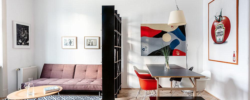 Prostor obývacího pokoje je rozdělený oboustranným otevřeným regálem