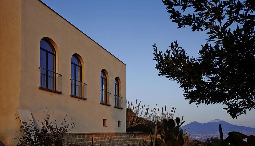 Nad střechami Neapole: Zřícenina kláštera se probouzí k životu