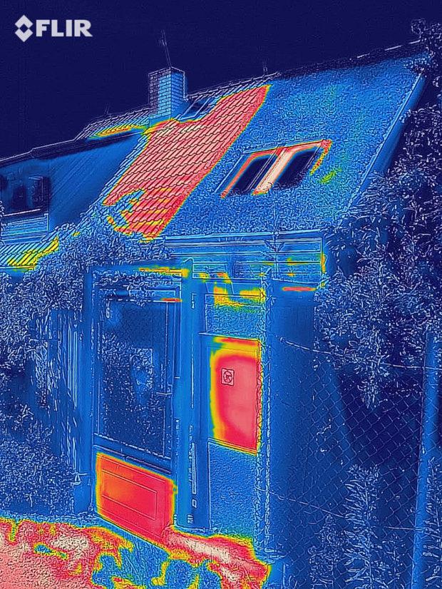 Termosnímek vítězné střechy v horkém létě 2019. Červená a oranžová místa ukazují rozpálená místa – část střechy se střešní krytinou a kovové čísti branky.