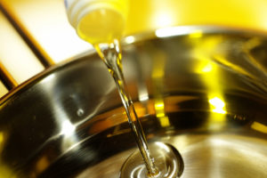 Horký olej z pánve: Proč ho nevylévat do odtoku a co s ním?