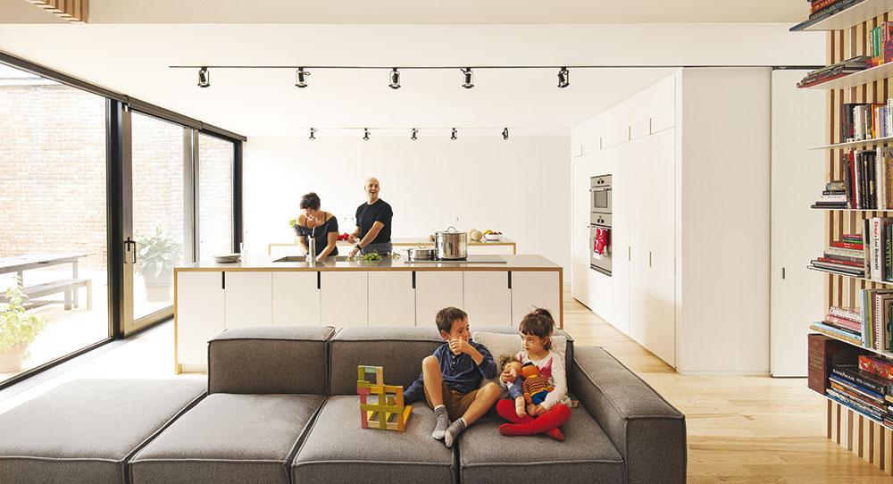 Starý mezonet proměnili ve funkční rodinný dům pro rodiče se dvěma dětmi