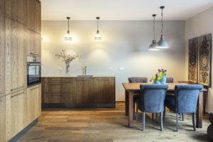 Kuchyně ajídelna jsou propojeny sobývacím pokojem