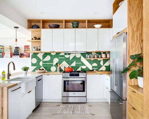 Kuchyně je řešena do tvaru písmene U.