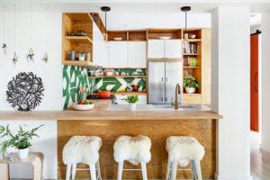 Švih dodává kuchyni izajímavé obložení stěn za pracovní deskou.