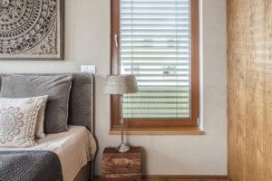 Ložnice je opět zařízena vjednoduchém přírodním stylu