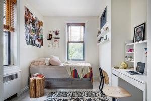 Dětský pokoj je přístupný zobývacího pokoje aje dostatečně velký