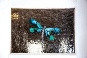 Půvabné vitráže nalepené na skleněných výplní