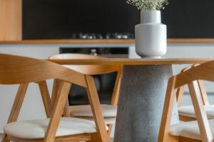 atypický jídelní stůl s betonovou podnoží