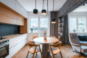 jídelna a kuchyne a atypický jídelní stůl s betonovou podnoží