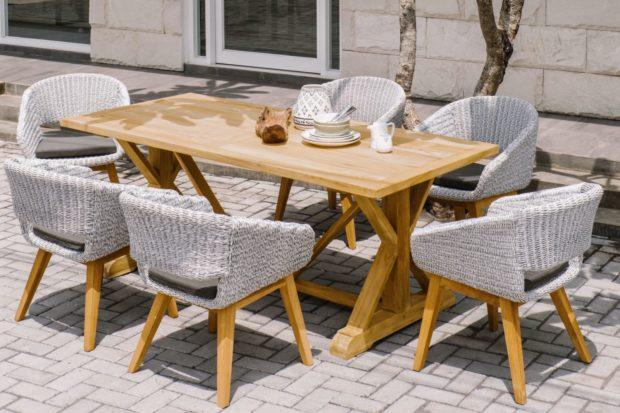Stůl Santiago je vyroben osvědčeným tradičním truhlářským postupem z jádrového teaku. Vyniká tak svou pevností a životností. Díky konstrukci s křížovými vzpěrami získáte více prostoru pro nohy při sezení u stolu i při pohybu kolem něj. Doplňují ho křesla Devi s masivní podnoží