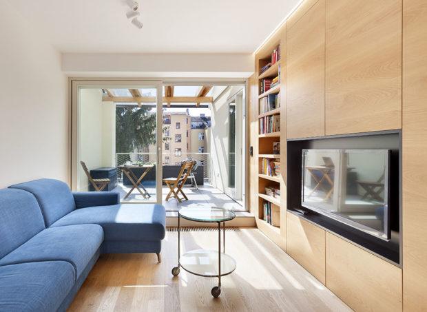 obývací pokoj s modrou pohovkou