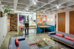 Architektům se podařilo proměnit starší byt v moderní byt v industriálním stylu