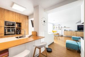 Denní část bytu tvoří velký otevřený prostor skuchyní, jídelnou aobývacím pokojem