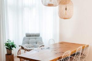 Jídelní stůl je vyroben zdubového dřeva.